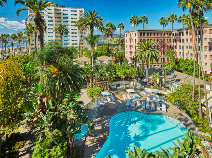 What to pack for sun, sand and surf {plus pools + palm trees!} in Santa Monica? {Photo: Fairmont Miramar Hotel & Bungalows}